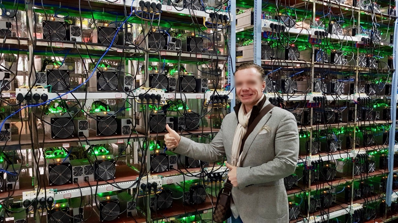 Homme dans une salle de minage de bitcoin